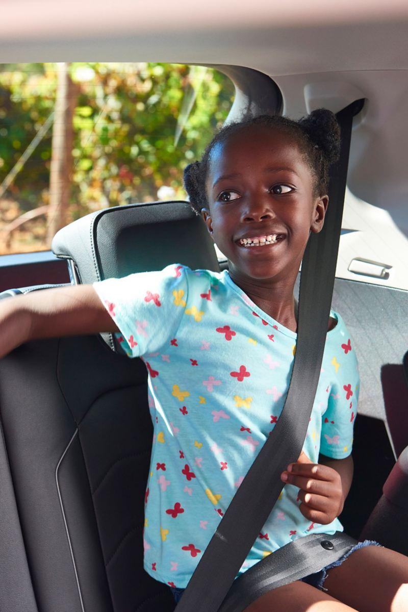 Tochter Charlotte genießt den großzügigen Platz im Fond