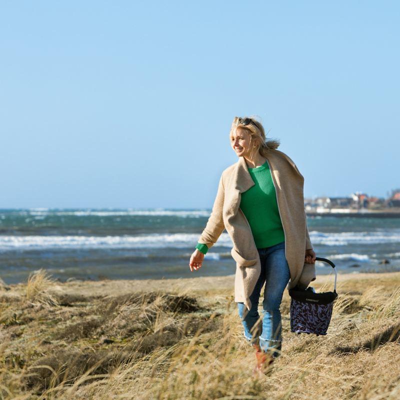 Tina Nordström vandrar längs stranden