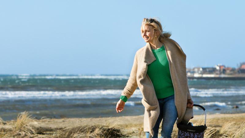 Tina vandrar längs stranden