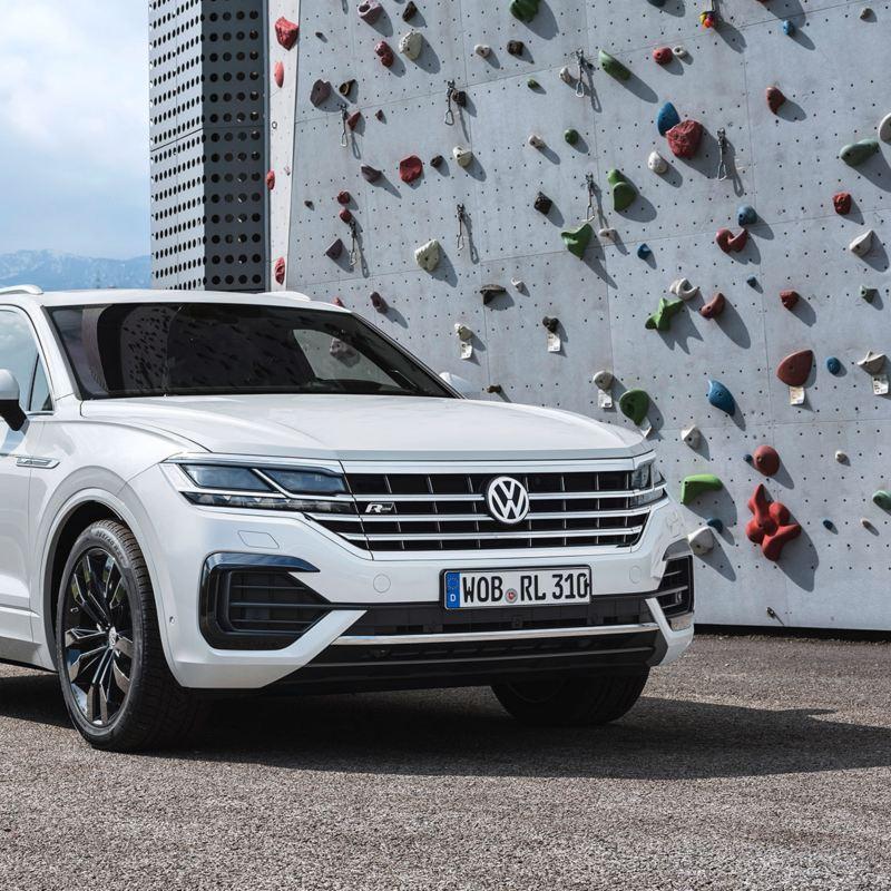 Volkswagen Touareg R-Line parkert vid klatrevegg