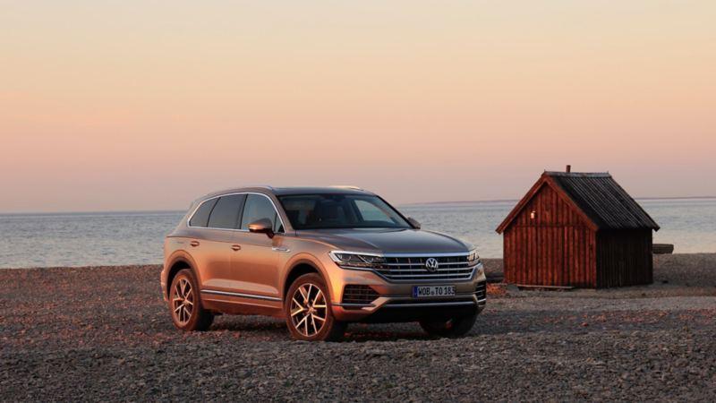 VW Touareg på stenstrand