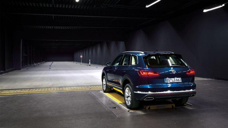 Volkswagen Touareg sett bakfra i lys tunnel