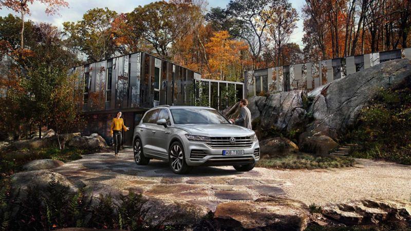 Volkswagen Touareg SUV parkert utenfor et hus