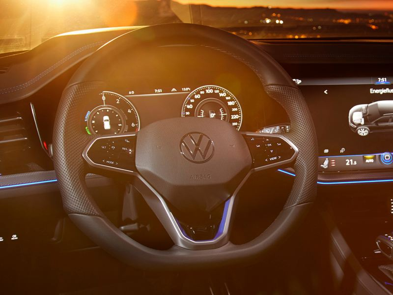 VW Touareg R Mulitfunktionslenkrad, Blick über das Lenkrad in den Sonnenuntergang