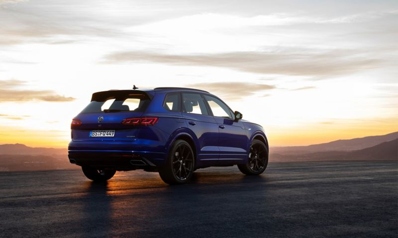 VW Touareg R, Rückansicht, mit Sonnenuntergang
