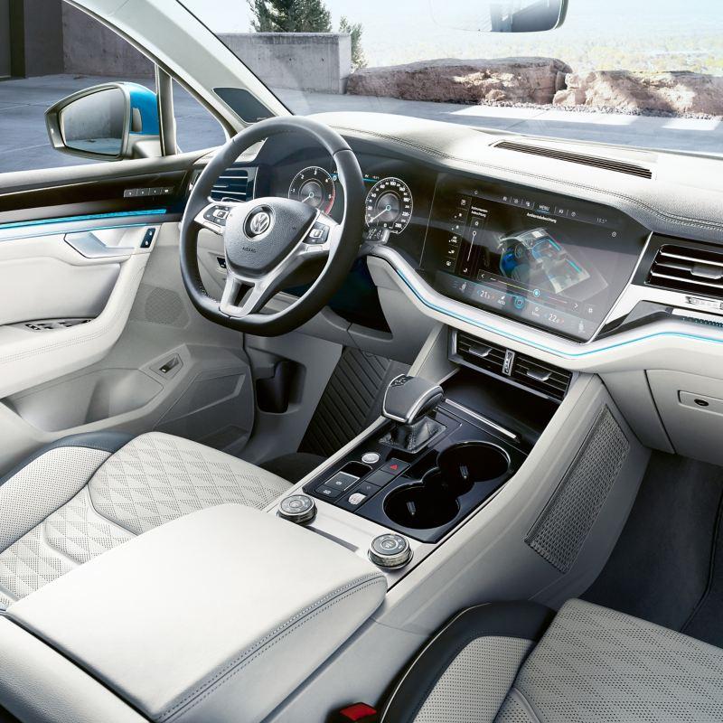 Blick auf das Innovision Cockpit schräg von hinten im Wageninneren des VW Touareg