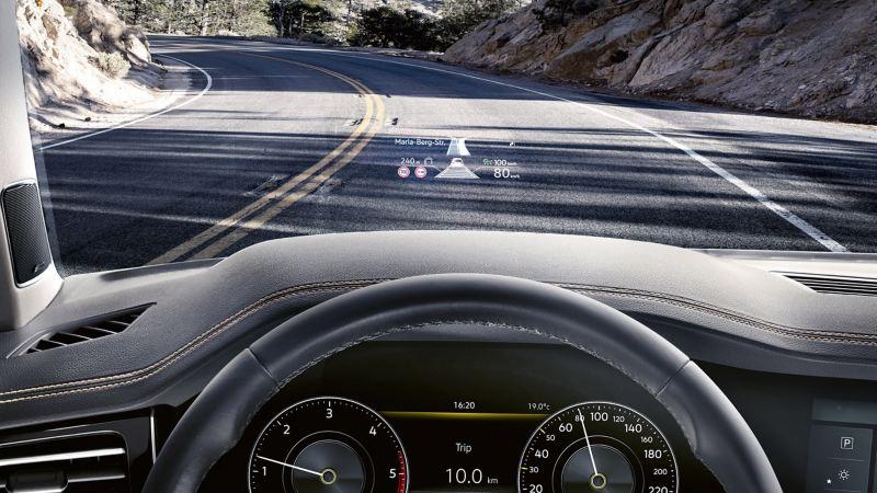 Head-up-Display projiziert Geschwindigkeit und Navigationsinformationen auf die Windschutzscheibe.