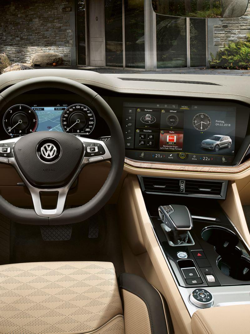 Pateicoties viedajai navigācijai, VWTouareg automobilī būsiet soli priekšā pārējiem.