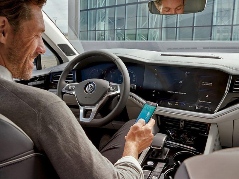 Ligue o seu smartphone ao VW Touareg.