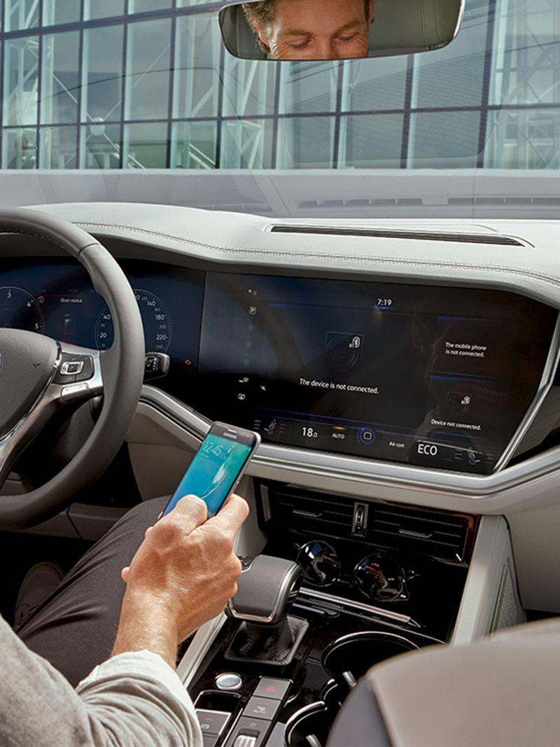 Connect your smartphone with the VW Touareg.