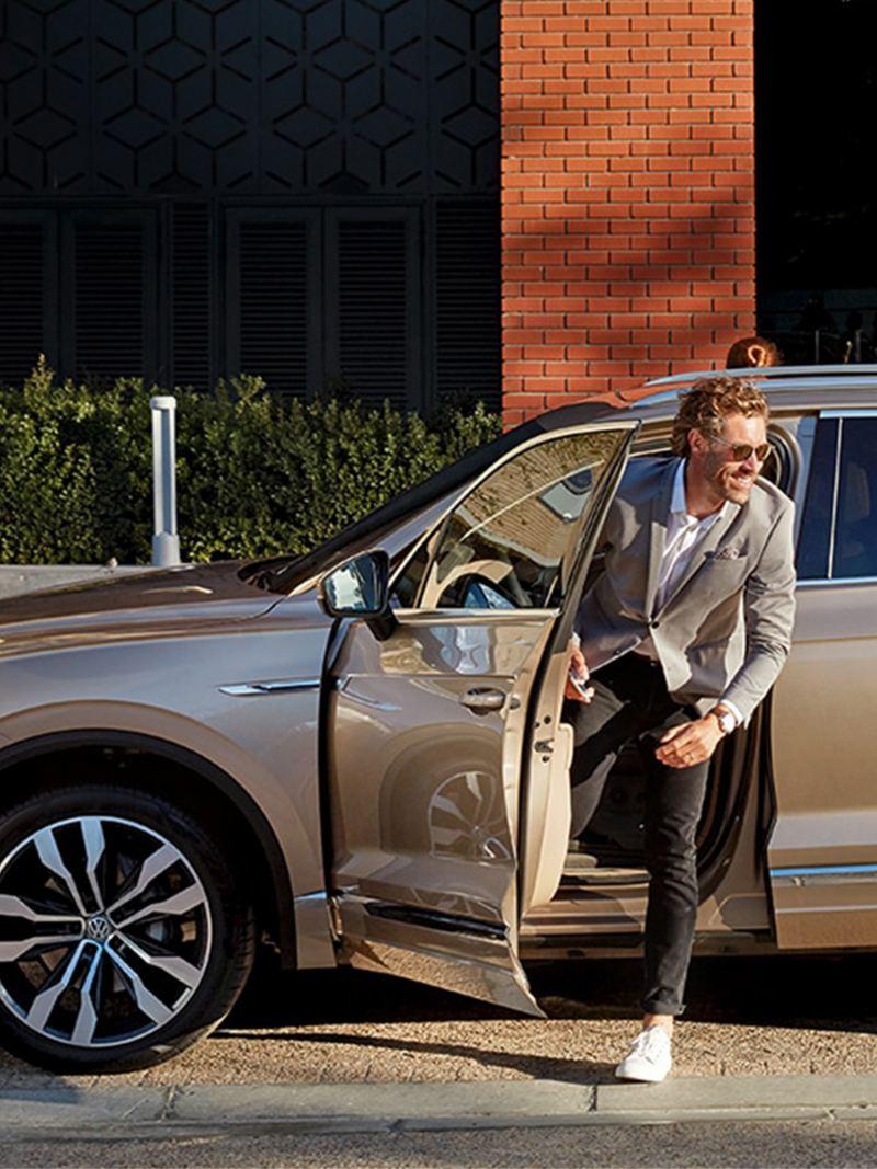 Descontraído com o VW Touareg na sua vida quotidiana.