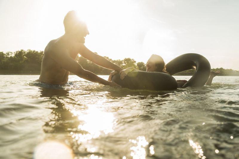 Ein Mann und eine Frau im See.