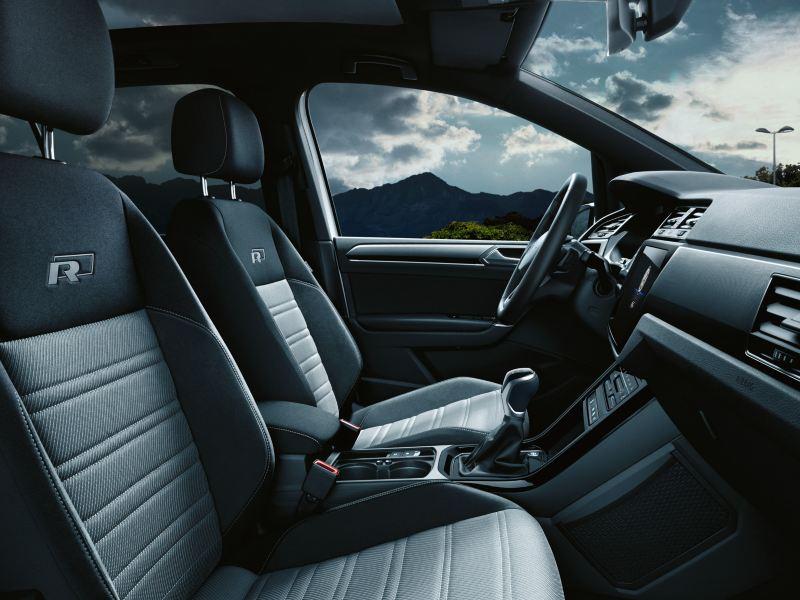 """Interieur eines VW Touran mit R-Line Ausstattung und Top-Komfortsitze mit """"R-Line""""-Logo"""