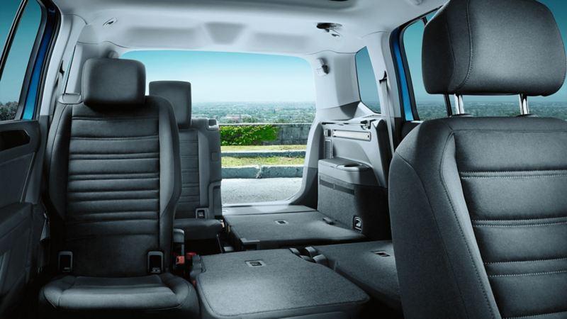 VW Touran von Innen, Ansicht von Beifahrersitz nach hinten zur geöffneten Heckklappe mit teils umgeklappten Sitzen.