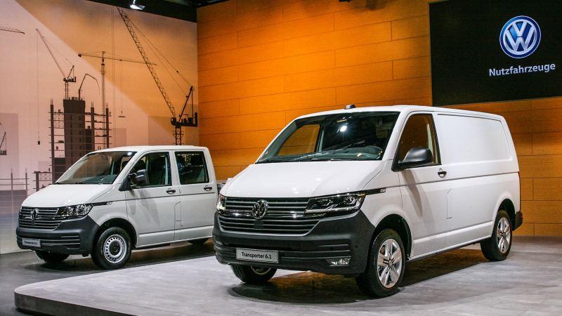 """Vista 3/4 frontale di Transporter 6.1 Furgone e Transporter 6.1 Autotelaio Volkswagen in mostra alla fiera """"BRUMA"""" di Monaco del 2019."""