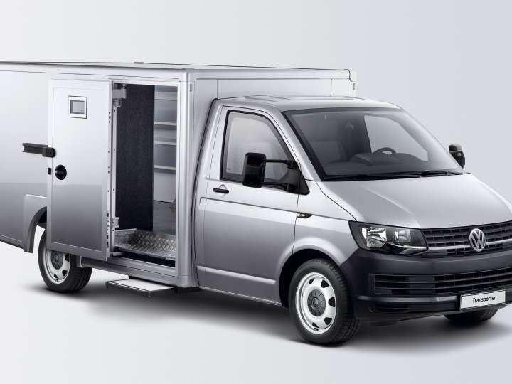 Carrinha Transporter com um contentor móvel de mercadorias.