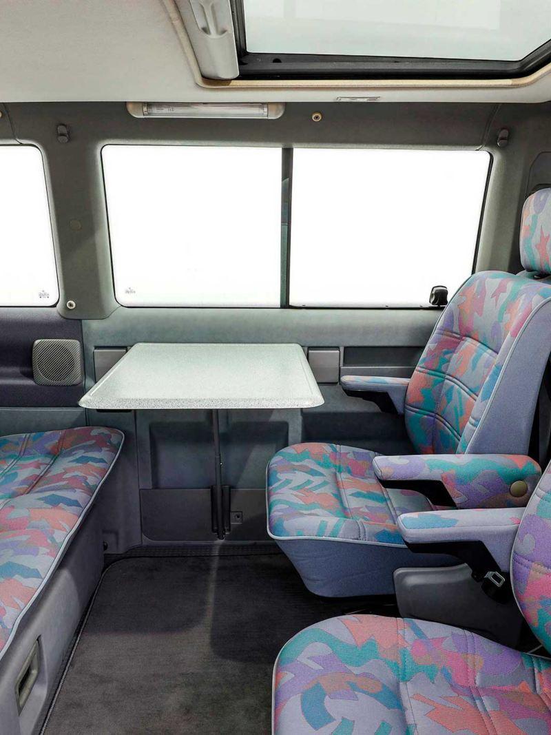 Zona de refeição e convívio no interior da Transporter 4