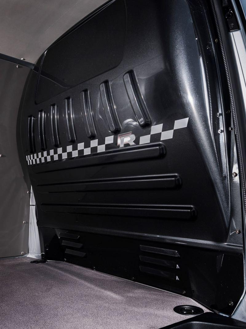 Komfortmellanväggen med kolfibereffekt ger karaktär i VW Transporter R Edition