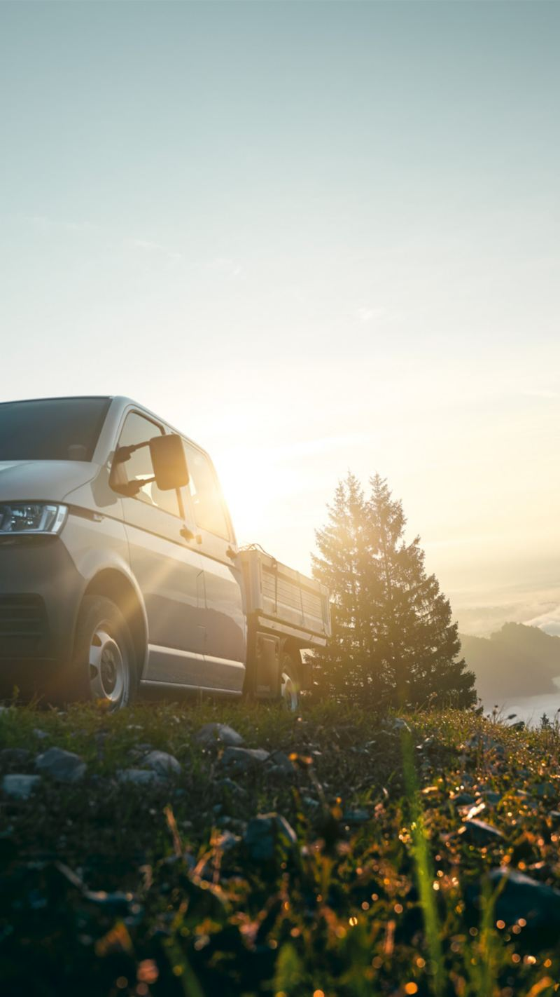 De Transporter 6.1 Pick-up staat op een berg boven de wolken.