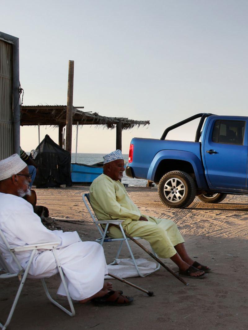 Med 41 grader varmt är det skugga som gäller. Beduiner beundrar VW Amarok.