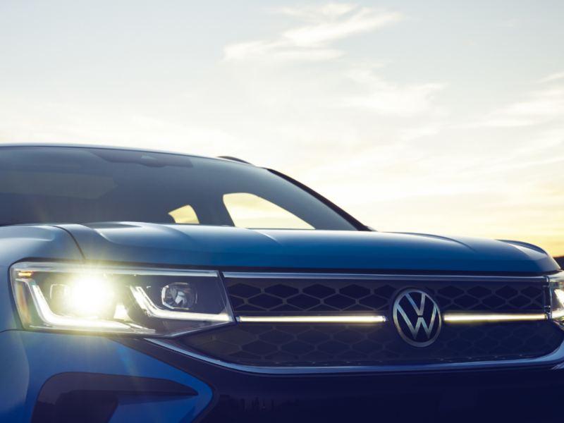 Vue rapprochée des deux tiers avant du Taos de Volkswagen.