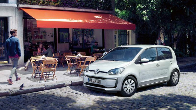 Weißer up! parkt auf Straße – Leasing 99 Euro