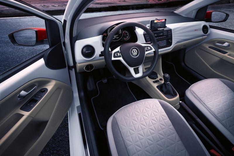 Blick in den Innenraum des VW up! beats  mit Infotainmentsystem und Schriftzug «beatsaudio» auf Beifahrerseite
