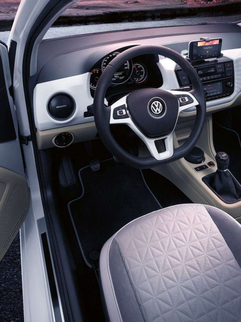 """Spojrzenie do wnętrza VW up! beats z systemem Infotainment i napisem """"beatsaudio"""" po stronie pasażera"""