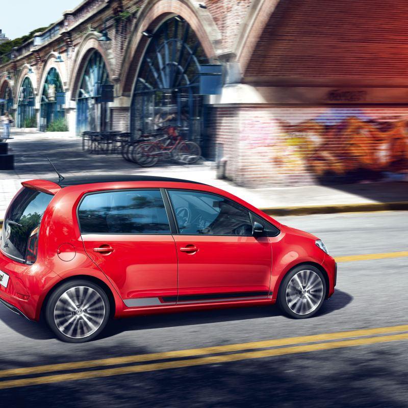 VW up! rossa in movimento su una strada cittadina