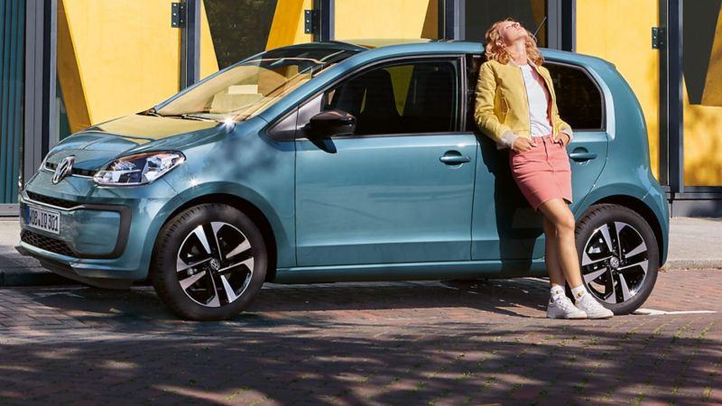 Frau lehnt an VW up! – Ablauf Kleinwagen-Leasing