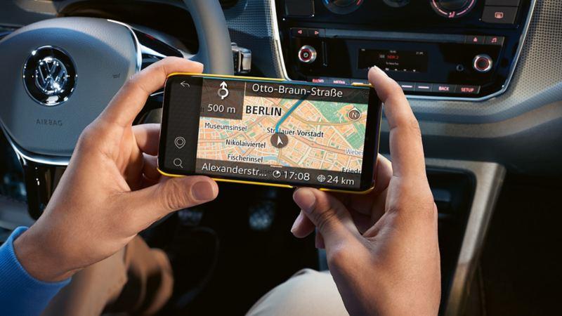Het navigatiesysteem wordt op de display van de smartphone weergegeven.