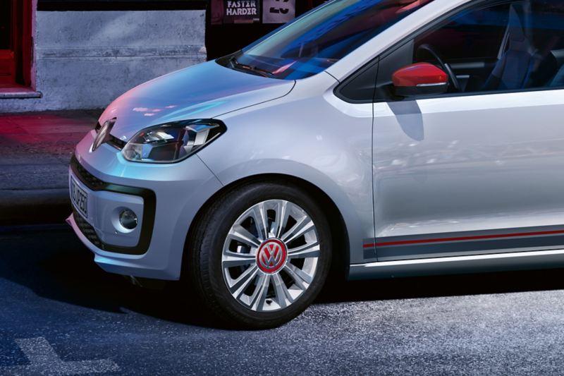 Detail des VW up! beats mit der Felge «la boca» white mit roter Mittelabdeckung