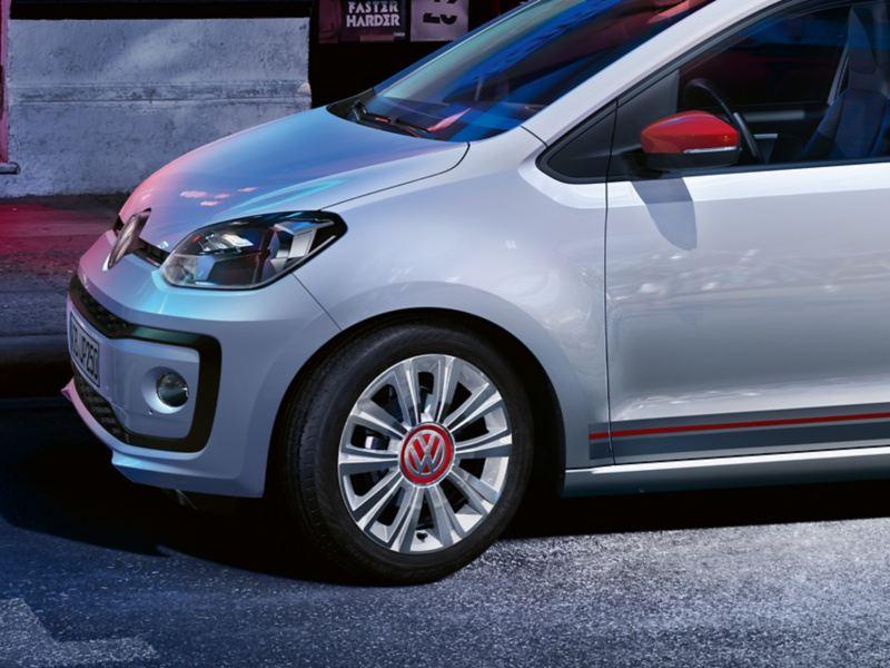 Détail de la VW up! Beats avec les jantes «la boca» white, avec enjoliveur central rouge