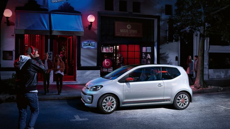 La VW up! beats davanti a club sulla strada di notte
