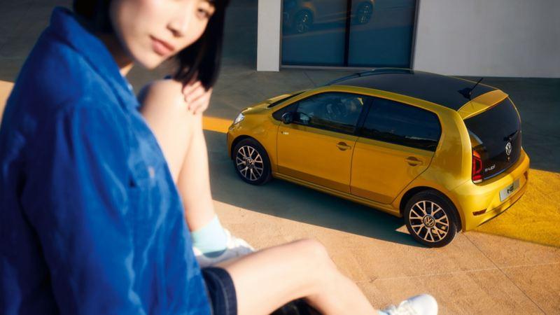 Primo piano ragazza seduta sullo sfondo Nuova e-up! vista dall'alto