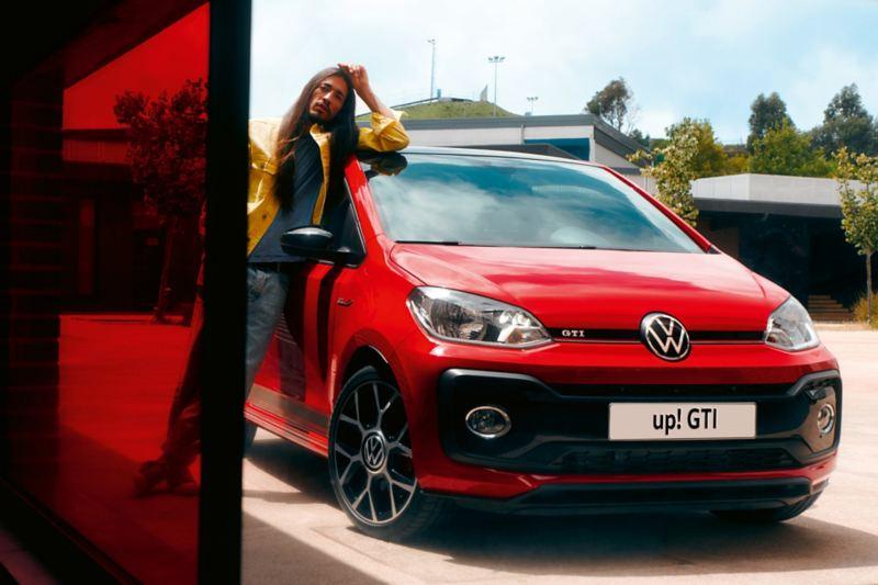 Uomo appoggiato su up! GTI Volkswagen