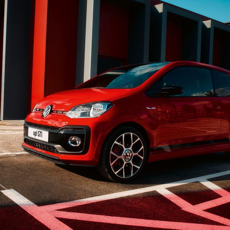 esterni Nuova up! GTI rossa Volkswagen ferma in un parcheggio