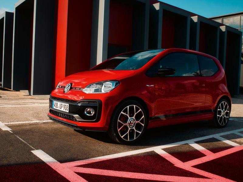 Vista frontal na diagonal do novo VW up! GTI