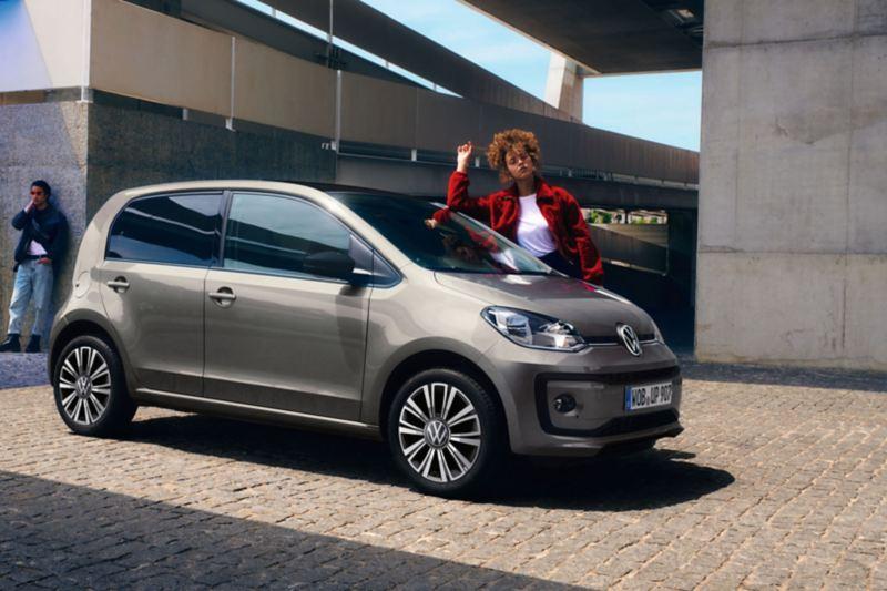 Volkswagen up garée en ville
