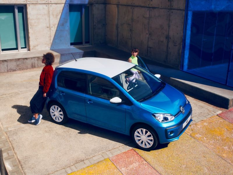 """giovani attorno a Volkswagen up! con  """"white style"""" pack"""