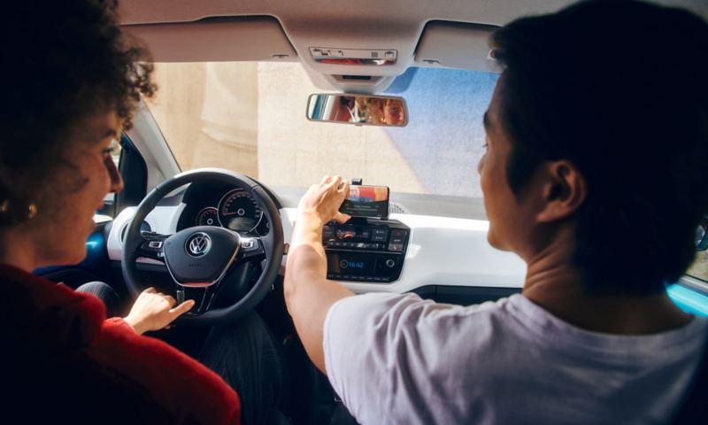 Ragazzo inserisce smartphone sul dock di Nuova up! Volkswagen