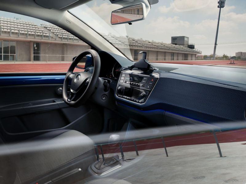 Blick durch halbgeöffnetes Beifahrerfenster eines VW e-up! UNITED