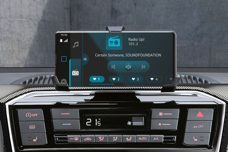 """Il sistema di infotainment con """"maps+more dock"""" di Volkswagen Nuova eco up!"""