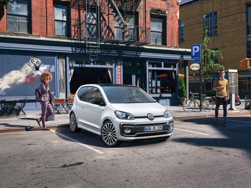 VW up! avec pack R-Line «extérieur» sur une place de stationnement devant une maison avec escalier de secours