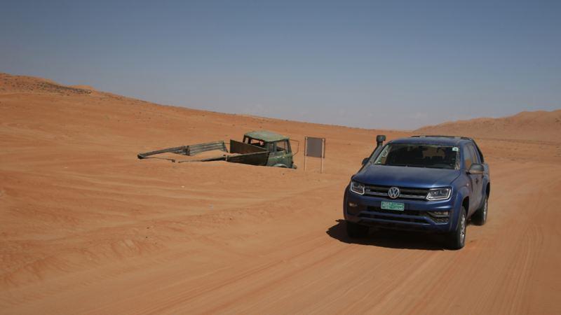 Amarok passerar fordonsgravplats i öknen