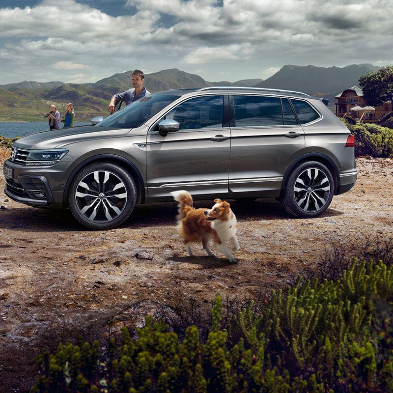 Una famiglia insieme al modello di Volkswagen Tiguan Allspace