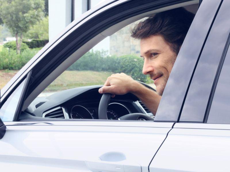 Hombre a bordo de camioneta Volkswagen equipada con computadora de viaje para mejor experiencia de manejo
