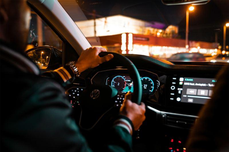 Fahrer am Steuer bei Nacht