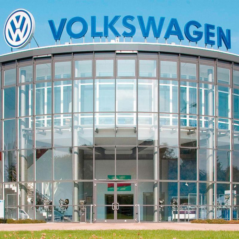 Haupteingang des Motorenwerks Chemnitz mit großem Volkswagen Schriftzug auf dem Dach