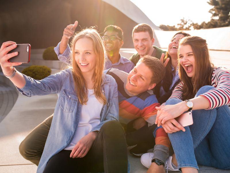 Eine Gruppe Praktikanten macht ein Selfie